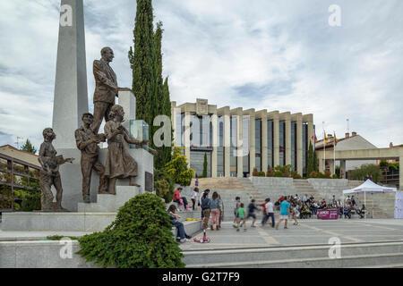 Briefing Podemos am Rathausplatz in der Stadt von Navalcarnero, Madrid, Spanien. - Stockfoto