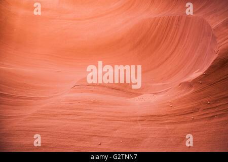 Geschwungene glatte Felsen von orange Sandsteinmauern Slot Canyon. - Stockfoto