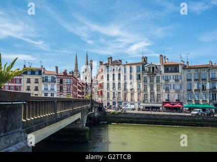 Marengo Brücke Pont über Le Nive Fluss mit der Kathedrale Sainte-Marie de Bayonne im Hintergrund. Aquitaine, Frankreich. - Stockfoto