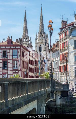 Pont Marengo Brücke über Le Nive Fluss mit der Kathedrale Sainte-Marie de Bayonne im Hintergrund. Aquitaine, Frankreich. - Stockfoto