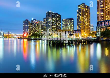 Long Island City Skyline in der Abenddämmerung. LIC ist die westlichste Wohn- und Umgebung von NYC Stadtteil Queens Stockfoto