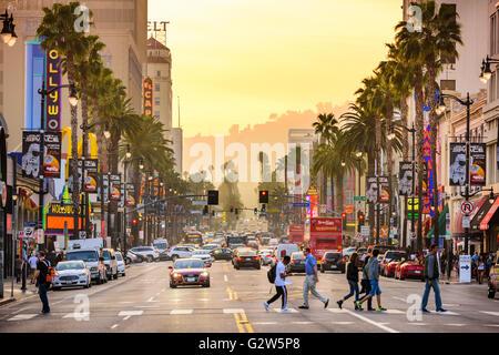 Verkehr und Fußgänger auf dem Hollywood Boulevard in der Abenddämmerung. - Stockfoto