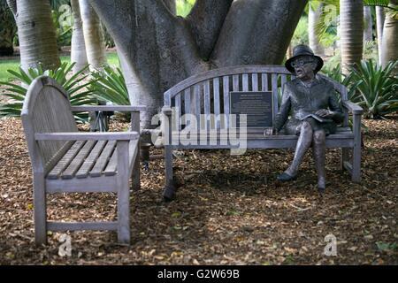 Statue von Marjory Stoneman Douglas auf einer Bank in den formalen Gärten bei Fairchild Tropical Botanic Garden - Stockfoto