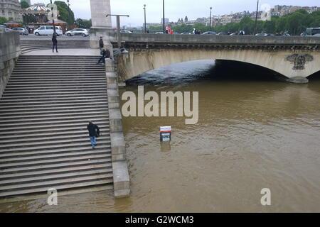 Paris, Frankreich. 3. Juni 2016. Paris, Frankreich. 3. Juni 2016. Einem überfluteten Kai neben angeschwollenen Fluss - Stockfoto