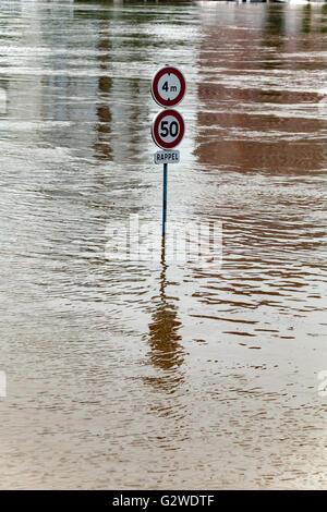 Paris, Frankreich. 3. Juni 2016. Seine Flusswasser Überschwemmungen nach größeren Regenfällen. Straßenschilder unter - Stockfoto