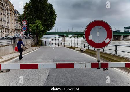 Paris, Frankreich. 3. Juni 2016. Seine Flusswasser Überschwemmungen nach größeren Regenfällen. Geschlossene Straße. - Stockfoto