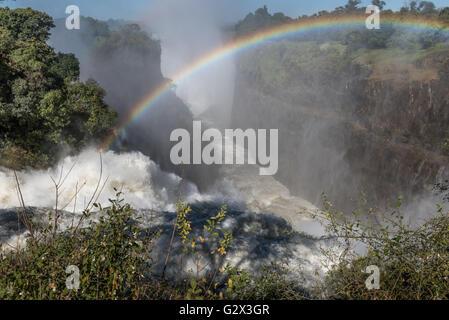 Viktoriafälle in vollem Gange, gesehen aus Simbabwe - Stockfoto