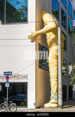 Skulptur des riesigen Mann mit Kopf stecken In Wand, Berlin - Stockfoto