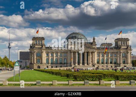 Das Reichstagsgebäude, in dem sich der Deutsche Bundestag bzw. deutschen Parlament mit der großen Glaskuppel, entworfen - Stockfoto