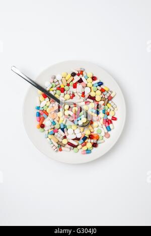 Platte mit Pillen und Löffel. - Stockfoto