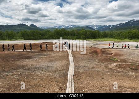 Kamtschatka: Touristen gehen auf Holzdeck mit Blick auf Thermal Pad ...