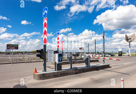 Prüfpunkt mit dem Auto Parken im terminal Flughafen Samara Samara im sonnigen Sommertag - Stockfoto