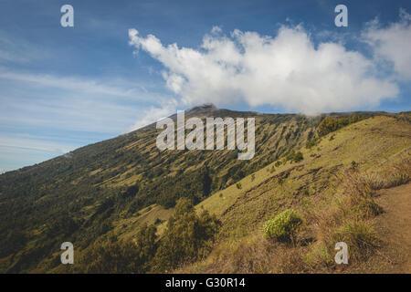 Die Mt Rinjani-Gipfel von unten - Stockfoto