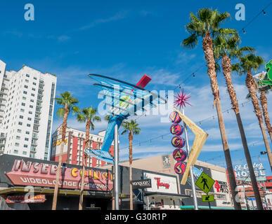 Fremont Street tagsüber mit Martini-Glas und Vegas Neon Schilder in Fremont East District von Las Vegas, El Cortez - Stockfoto