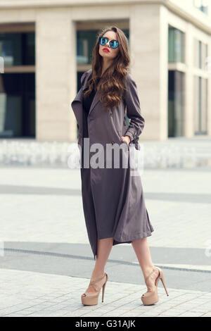 Stilvolle Frau, die zu Fuß in die Stadt - Stockfoto