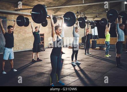 Junge Menschen Fit anheben Barbells konzentriert, in einer Turnhalle - Stockfoto