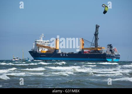 Rostock, Deutschland, Kitesurfer und Cargo Schiff in der Ostsee - Stockfoto