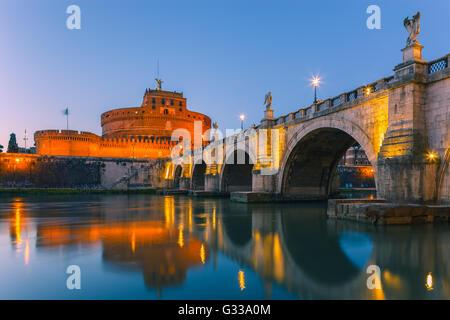 Sant Angelo Brücke und Castel Sant Angelo über den Tiber in der Dämmerung mit dem Mausoleum des Hadrian, Rom, Italien. - Stockfoto