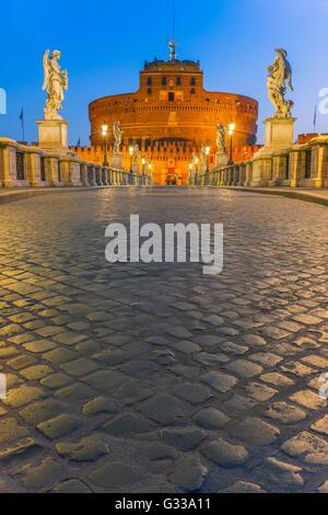 Sant Angelo Brücke und Castel Sant Angelo über den Tiber in der Morgendämmerung mit dem Mausoleum des Hadrian, Rom, - Stockfoto