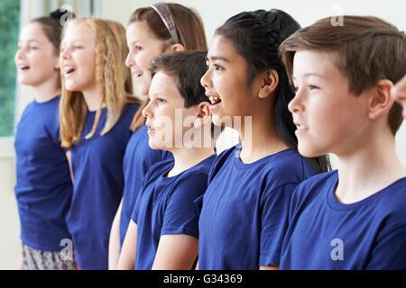 Gruppe von Schülerinnen und Schüler gemeinsam im Chor singen - Stockfoto