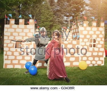 Mädchen Prinzessin Kostüm und junge im Batman Kostüm spielen ...