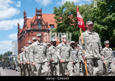 US-Armeesoldaten der 361. Ingenieur Gesellschaft März zusammen mit multinationalen Streitkräfte während der Eröffnungsfeier - Stockfoto