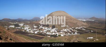 Lanzarote - Montana Blanca mit dem Monte Guatisea - Stockfoto