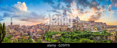 Wunderschönen Blick auf die historische Stadt Siena bei Sonnenuntergang auf einem idyllischen Sommerabend, Toskana, - Stockfoto