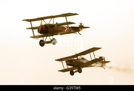 Zwei WW1 Flugzeuge fliegen und die Durchführung einer simulierten Luftkampf, die Amerikanische Airshow Duxford Imperial - Stockfoto