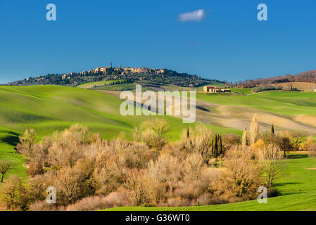 Schönen Frühling Blick auf die mittelalterliche Stadt in Italien. - Stockfoto