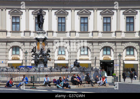Deutschland, Bayern, Augsburg, Rathausplatz, Brunnen, Menschen, - Stockfoto