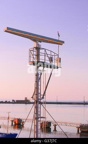 Radio-Locator auf den Aussichtsturm in der Nähe der südlichen Pier Ventspils. Ventspils einer Stadt im Großraum - Stockfoto