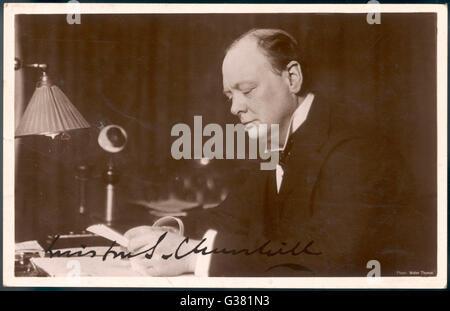 WINSTON CHURCHILL (1874-1965), britischer Staatsmann und Autor lesen Korrespondenz an seinem Schreibtisch im Jahre - Stockfoto