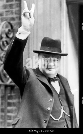 WINSTON CHURCHILL (1874-1965), britischer Staatsmann und Autor gibt schlägt in 1940 1940 - Stockfoto