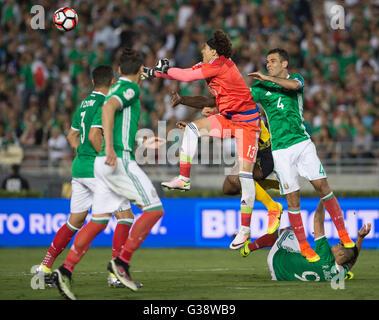 Pasadena, USA. 9. Juni 2016. Mexikos Torwart Guillermo Ochoa (2. R) spart ein Ziel während der Copa America Centenario - Stockfoto