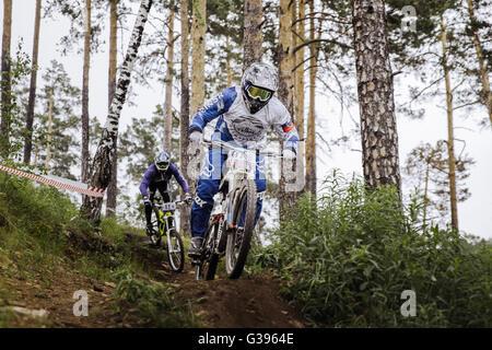 """Rivalität zwischen zwei Athleten Mountainbiker auf dem richtigen Weg beim Cup """"Ryder"""" bergab - Stockfoto"""