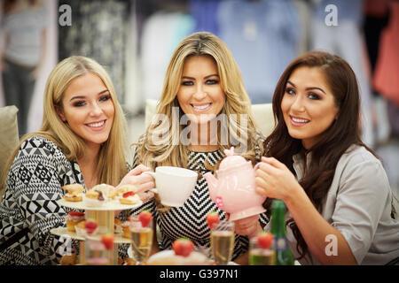 Echte Hausfrauen Cheshires Dawn Ward mit Töchtern Taylor (Blond) und Darby (Brünette) in Darby auf eine Tee-party - Stockfoto