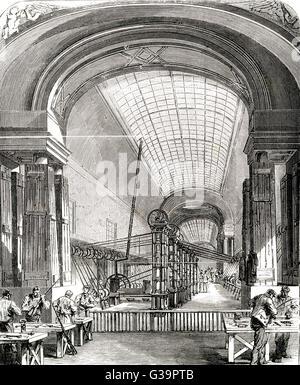 Die Herstellung von Waffen und Munition in der großen Bildergalerie des neu errichteten Louvre während der Belagerung - Stockfoto