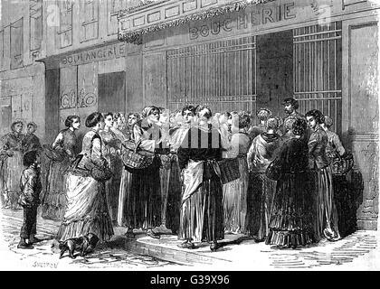Frauen von Paris bilden eine geordnete Warteschlange vor einer Metzgerei.        Datum: Dezember 1870 - Stockfoto