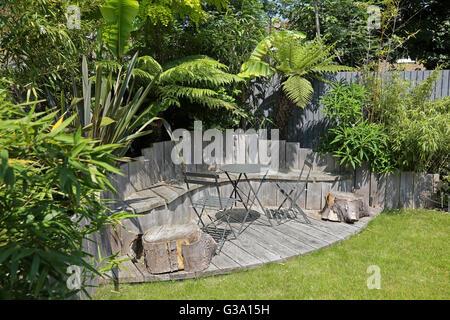 Deck Und Pflanzen Im Garten Stockfoto Bild 282276502 Alamy