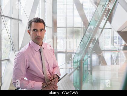 Porträt ernst corporate Geschäftsmann im modernen Büro lobby - Stockfoto