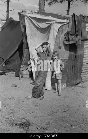 Zwei Kinder eines Arbeitnehmers, Migranten Obst aus Tennessee, vor ihrem Zuhause stehen. Diese Familie von acht - Stockfoto