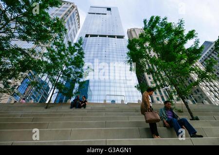Wolkenkratzer Wacker Drive entlang des Chicago River aus dem Riverwalk. - Stockfoto