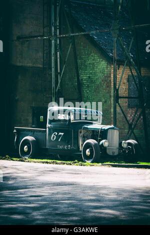 Oldtimer Ford Pick-up LKW in Bicester Heritage Centre. Oxfordshire, England. Vintage-Filter angewendet - Stockfoto