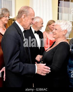 Der Duke of Edinburgh (links) mit Dame Judi Dench, bei einem Gala-Abend anlässlich des 60. Jahrestages der The Duke - Stockfoto
