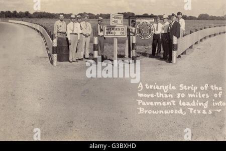 Wegweiser in der Nähe von Brownwood, Texas, USA, mit eine Willkommensparty der Männer.  Von links nach rechts: C.V - Stockfoto