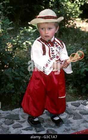 Junge im traditionellen ukrainischen Kostüm in Jalta, Krim, Russland.      Datum: ca. 1990er Jahre - Stockfoto