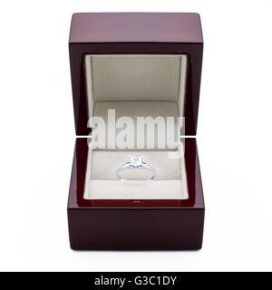 Ein Verlobungsring Weißgold mit Diamanten in einer eleganten Box gemacht. - Stockfoto