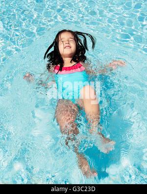 Kleines Mädchen Spaß im Schwimmbad - Stockfoto