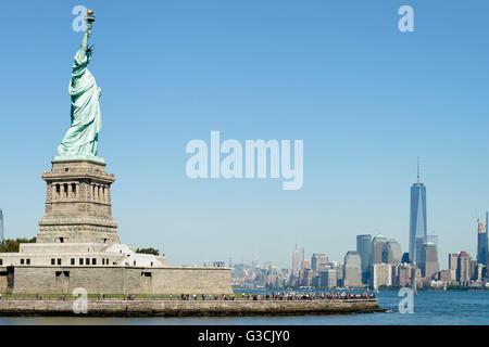 Liberty Island mit der Freiheitsstatue und Manhattan South point mit One World Trade Center in New York City, Manhattan, - Stockfoto